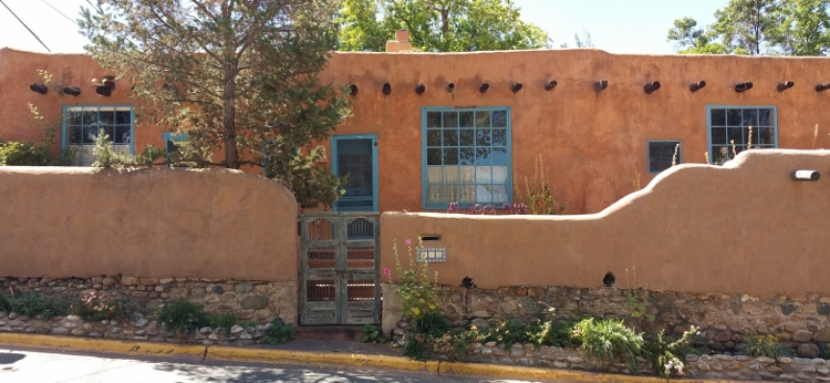 adobe wall scene on Canyon Rd